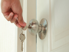 the best way to address a house lockout service